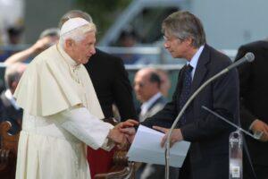 2012-Il presidente Vasco Errani e Papa Benedetto XVI in visita ai comuni colpiti dal terremoto