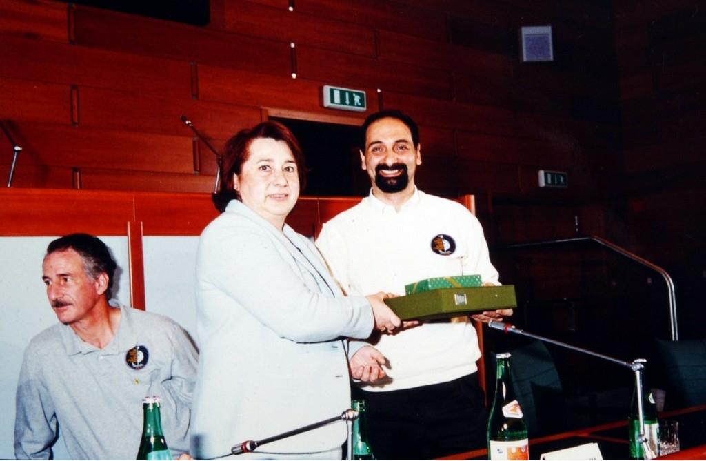 1996- La presidente Celestina Ceruti premia l'astronauta Umberto Ghidoni